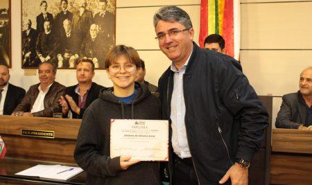 Estudante de Escola Social em São José (SC) é eleita jovem vereadora